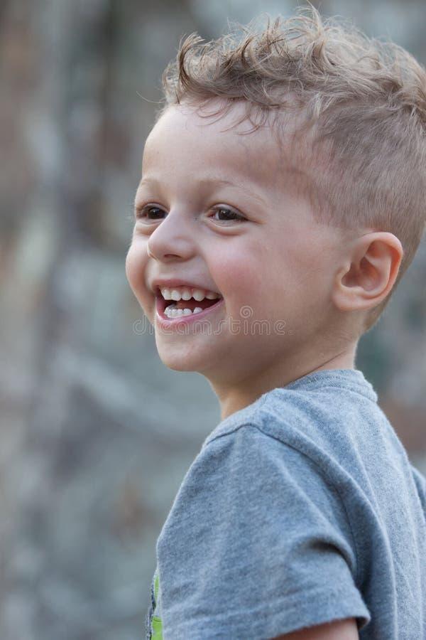 Ragazzo sorridente di estate immagine stock