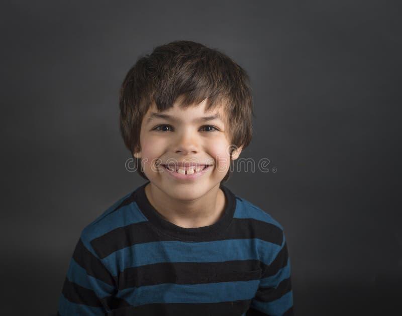 Ragazzo sorridente felice in camicia a strisce blu immagini stock libere da diritti