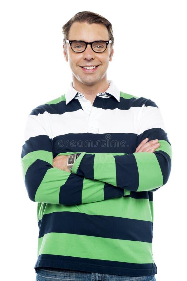 Ragazzo sorridente sicuro con gli occhiali fotografie stock libere da diritti