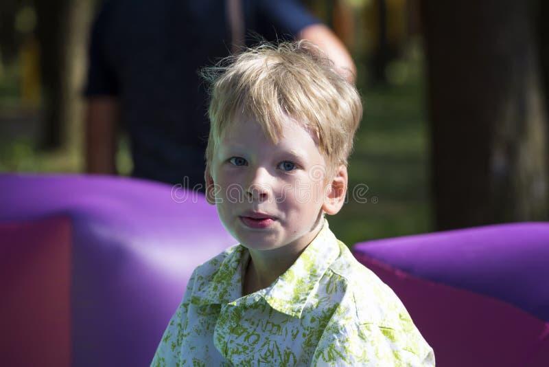 Ragazzo sorridente sul trampolina gonfiabile all'aperto fotografia stock