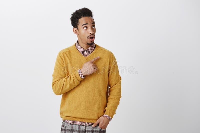 Ragazzo stupito con progettazione lussuosa del piano Ritratto dell'afroamericano bello stupito con l'acconciatura di afro immagine stock libera da diritti