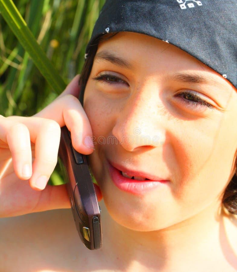 Ragazzo su un telefono delle cellule fotografia stock libera da diritti