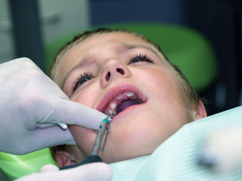 Ragazzo sulla presidenza dentale immagine stock libera da diritti