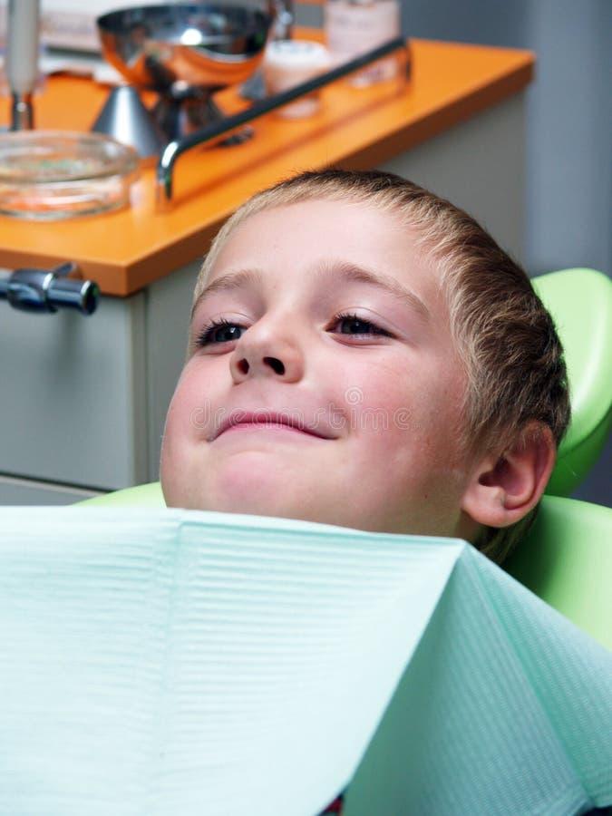 Ragazzo sulla presidenza dentale fotografia stock libera da diritti