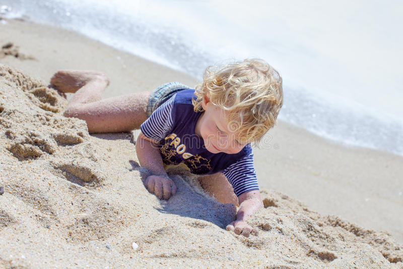 Ragazzo sveglio alla spiaggia immagini stock