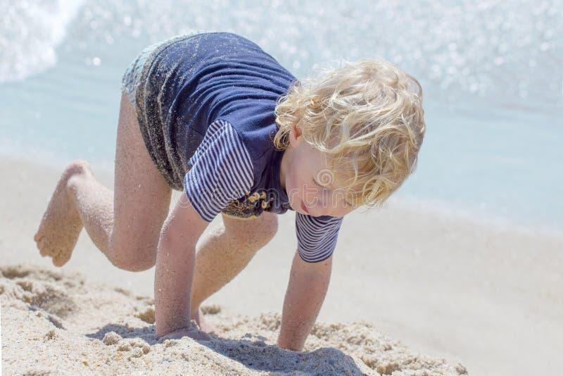 Ragazzo sveglio alla spiaggia immagini stock libere da diritti