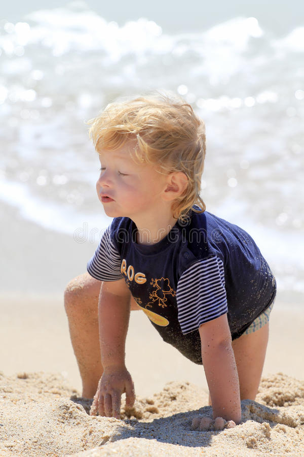 Ragazzo sveglio alla spiaggia immagine stock