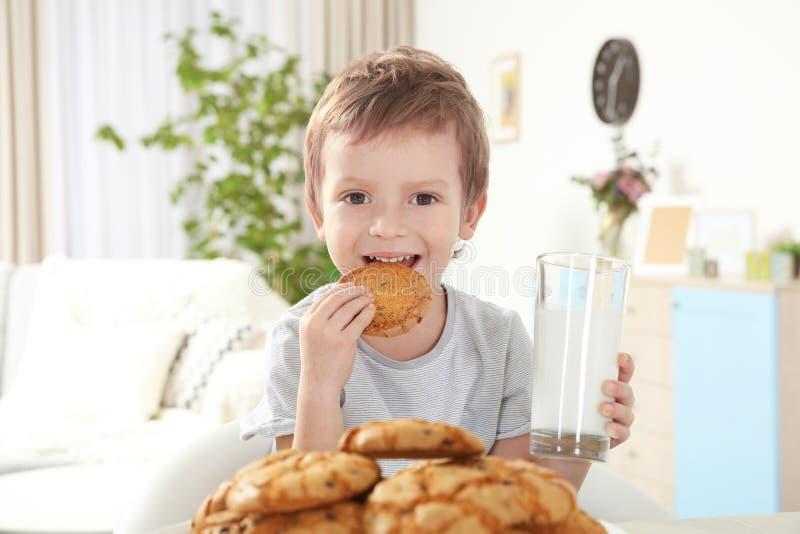 Ragazzo sveglio che mangia biscotto fotografia stock