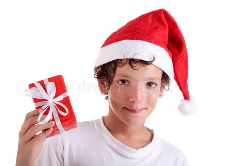 Ragazzo sveglio di natale con un regalo rosso immagini stock libere da diritti