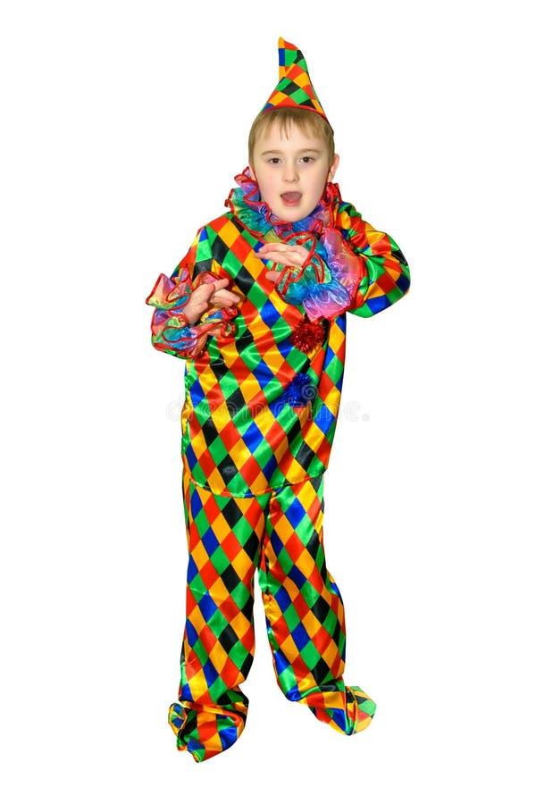 Ragazzo sveglio di sei anni di dancing nel vestito del pagliaccio Isolato, su fondo bianco portret di Interamente altezza fotografia stock