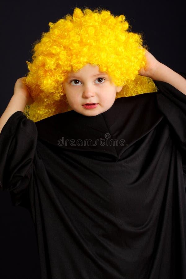 Ragazzo sveglio in parrucca gialla fotografie stock