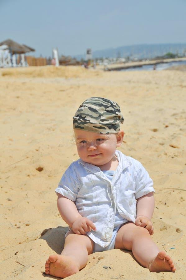 Ragazzo sveglio sulla spiaggia fotografia stock