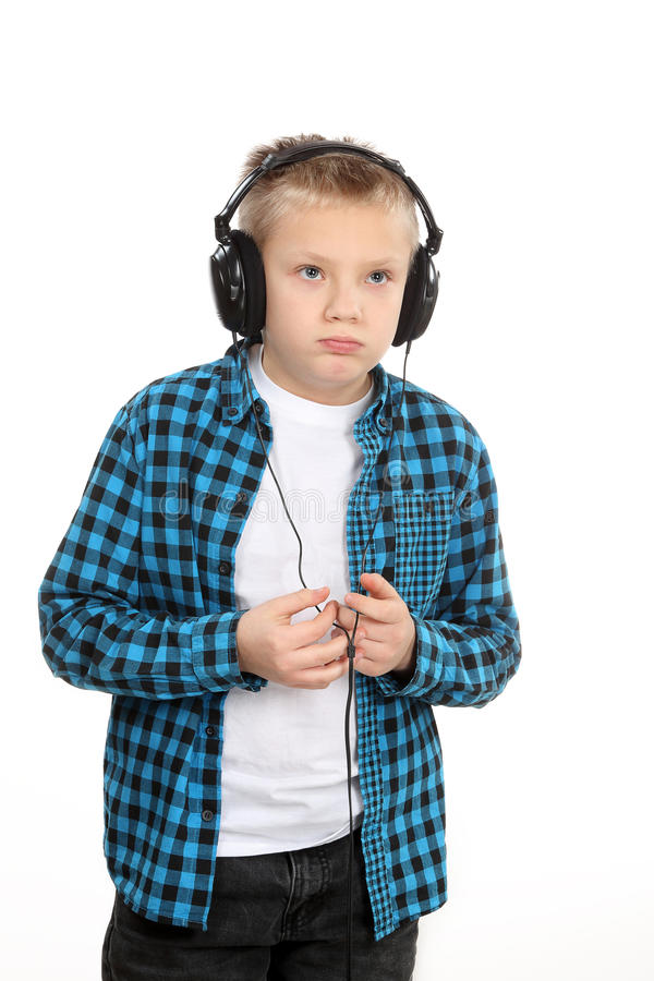Ragazzo teenager bello con le cuffie sulla testa fotografie stock libere da diritti