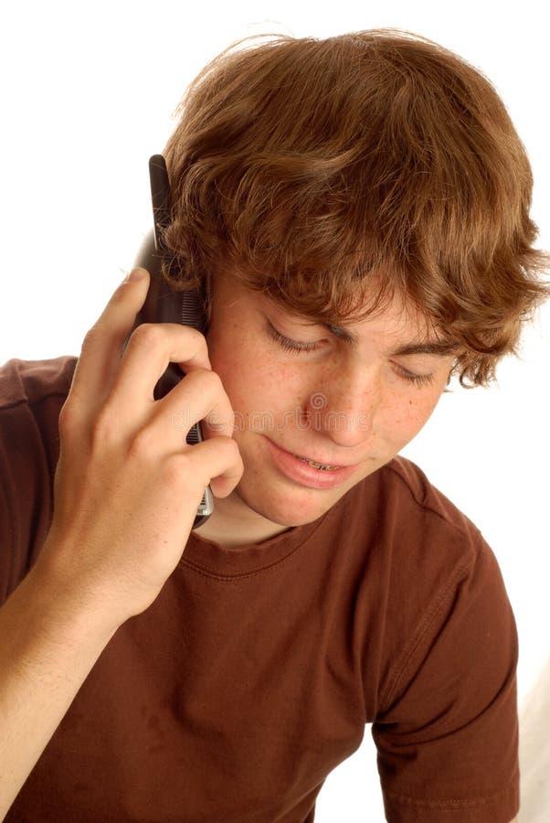 Ragazzo teenager che comunica sul telefono immagine stock