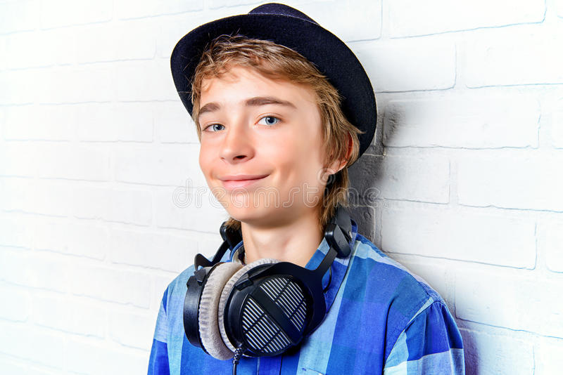 Ragazzo teenager moderno felice fotografie stock
