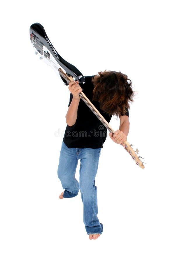 Ragazzo teenager a piedi nudi che getta chitarra bassa fotografia stock libera da diritti