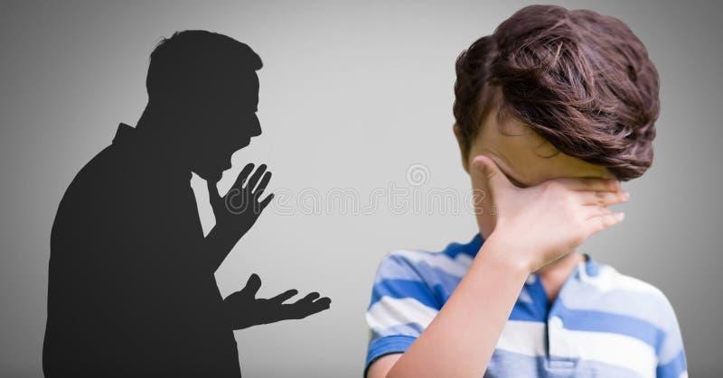 Ragazzo turbato contro fondo grigio e la siluetta violenta gridante del padre illustrazione vettoriale