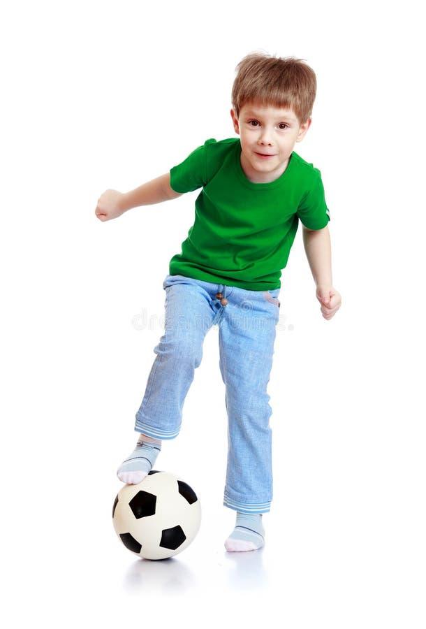 Ragazzo un pallone da calcio fotografia stock