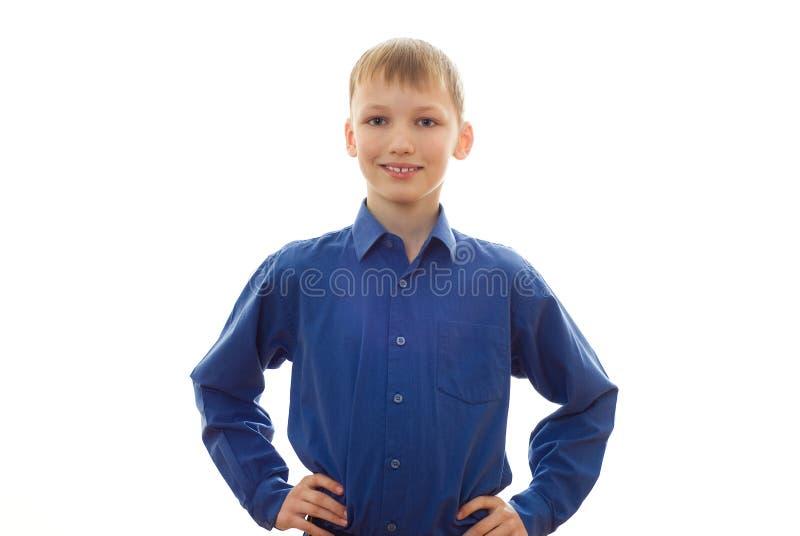 Ragazzo in una camicia ed in un sorridere blu fotografia stock
