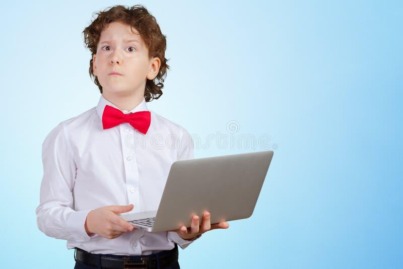 ragazzo in vestito convenzionale con il computer portatile fotografia stock libera da diritti