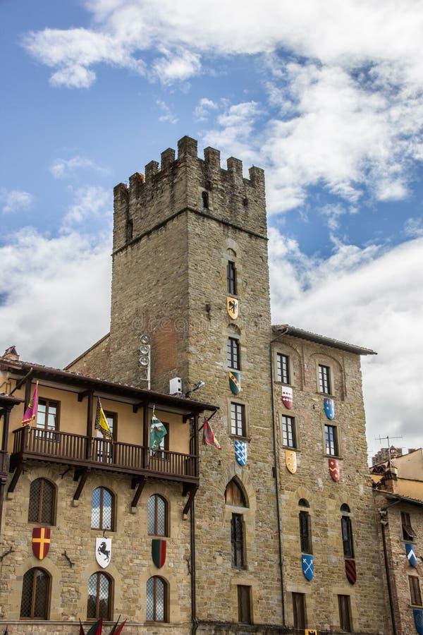 Ragen Sie mit Flaggen und Schildern bei Piazza Grande von Arezzo hoch stockfotos