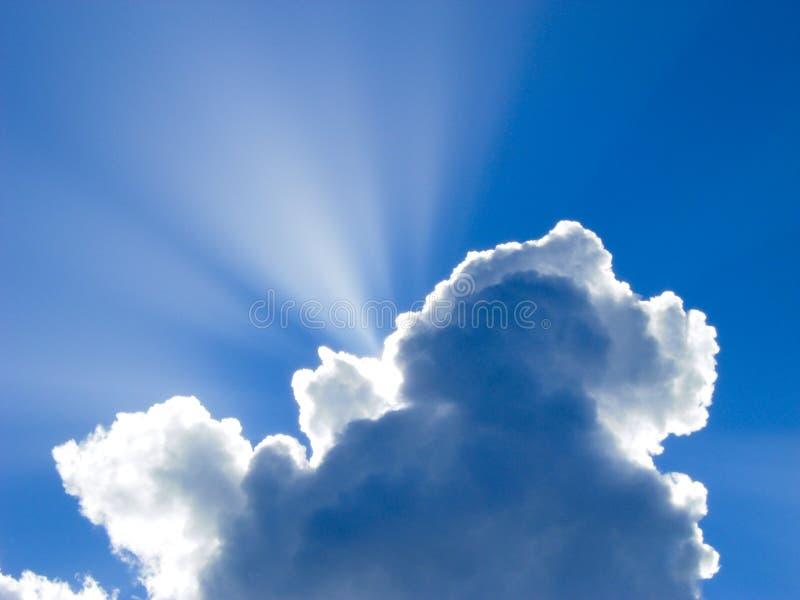 Raggi dei soli dietro le nuvole fotografia stock