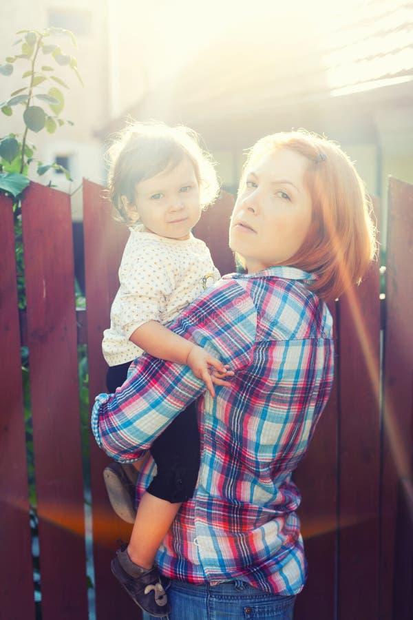 Raggi del sole del bambino della madre fotografia stock libera da diritti