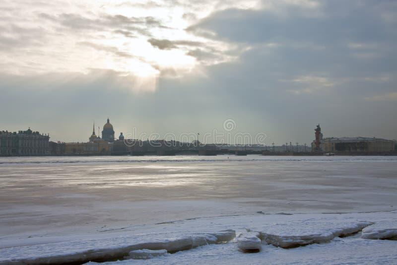 Raggi del sole di inverno sopra il fiume Neva immagini stock libere da diritti