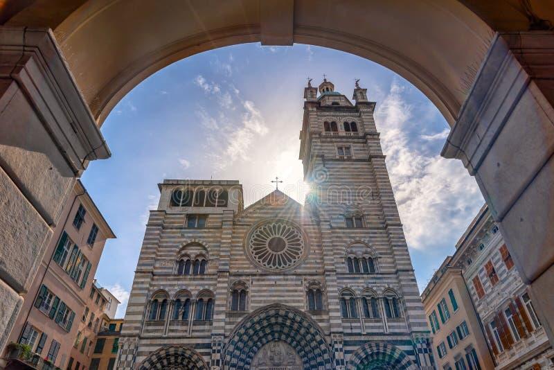 Raggi del sole sulla cattedrale di San Lorenzo - Genova - l'Italia immagine stock