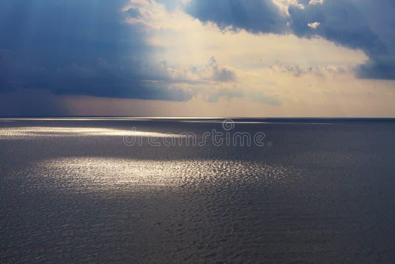 Raggi di sole al tramonto immagine stock