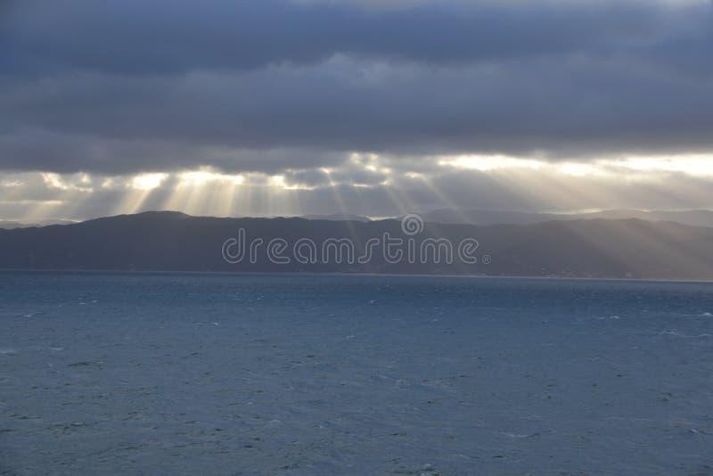 Raggi di sole di mattina attraverso un cielo nuvoloso fotografie stock libere da diritti