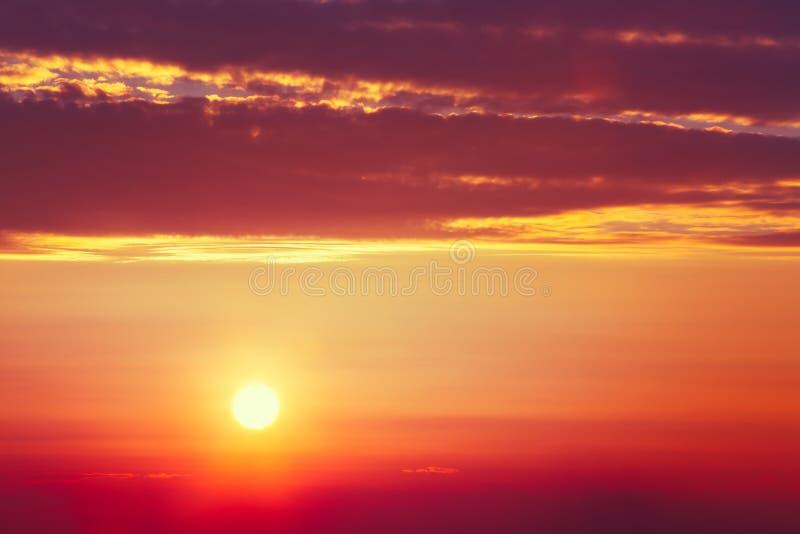 Raggi di sole di tramonto a Dawn Or Sunrise Istante tonificato fotografia stock libera da diritti