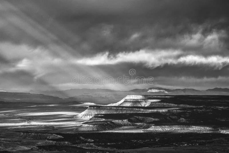 Raggi di sole sopra la terra BW del deserto immagine stock libera da diritti