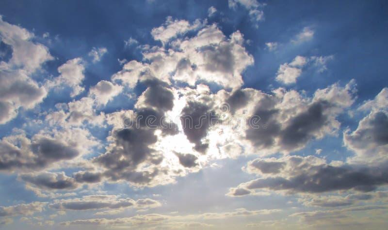 Raggi di sole in un cielo nuvoloso immagini stock