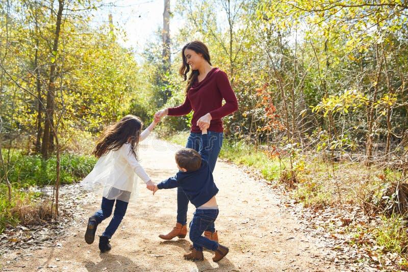 Raggi di sterzatura del figlio e della figlia della madre della famiglia immagine stock