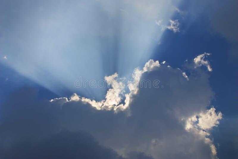Raggi dietro le nubi 3 immagini stock