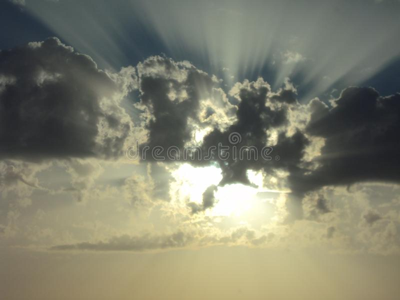 Raggi dorati del sole immagine stock libera da diritti