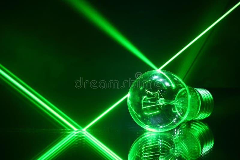 Raggi laser e una lampada che si trova sul con lo specchio immagine stock