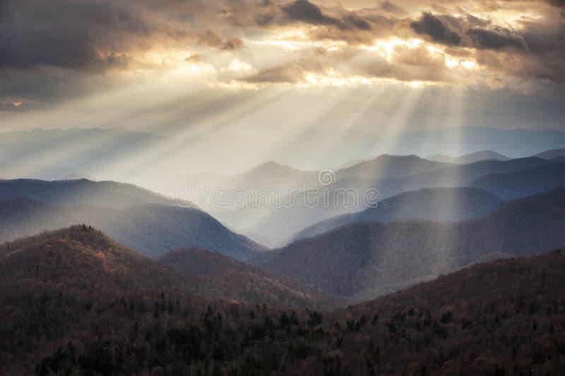 Raggi luminosi crepuscolari delle montagne appalachiane su Ridge Parkway Ridges blu NC fotografia stock libera da diritti