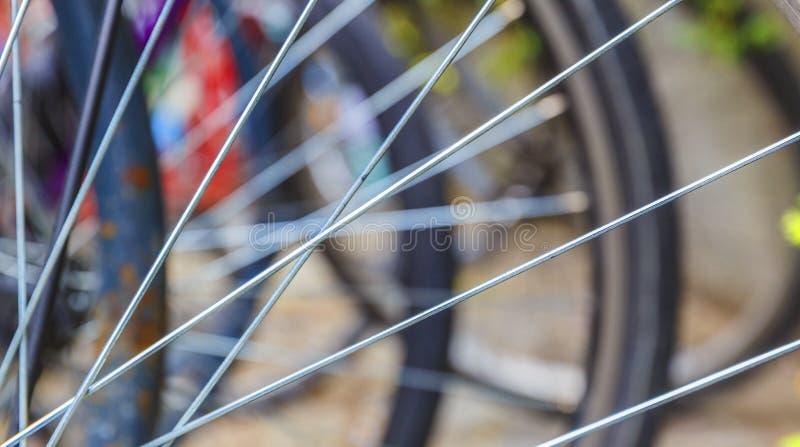 Raggi una fine della ruota di bicicletta su immagini stock