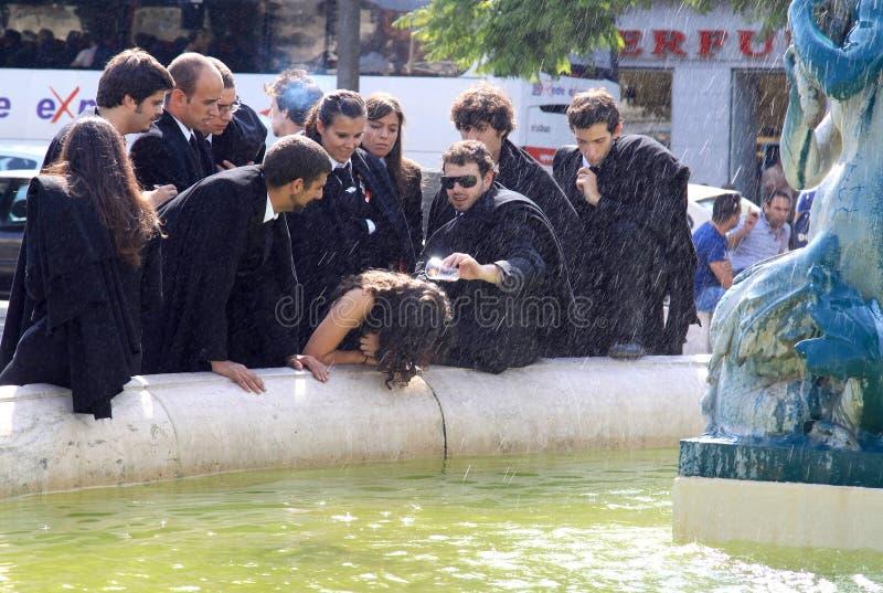 Ragging der Kursteilnehmer, wenn Brunnen, Lissabon gespritzt wird lizenzfreies stockbild