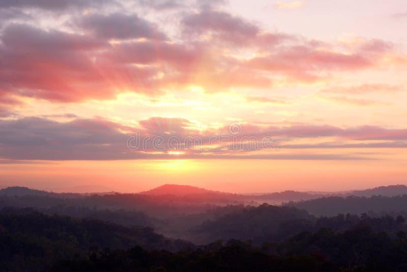 Raggio di sole sopra la montagna immagini stock libere da diritti