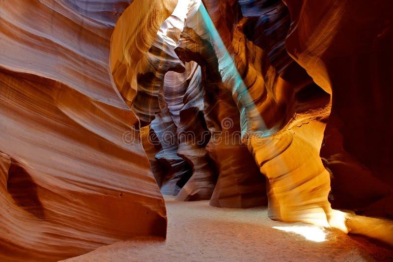 Raggio luminoso che lucida attraverso il canyon della scanalatura. fotografia stock