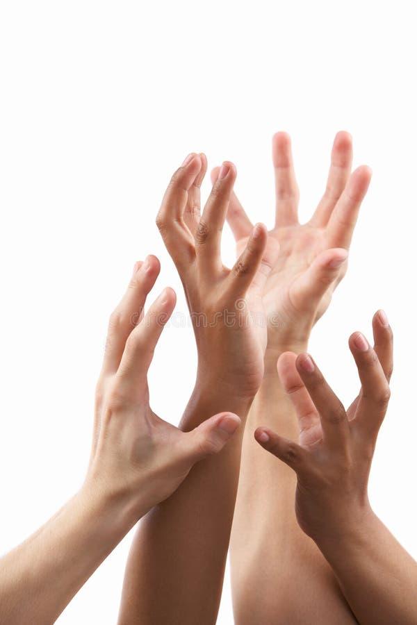 Raggiunga fuori il gesto di mano dal tono di pelle differente fotografia stock