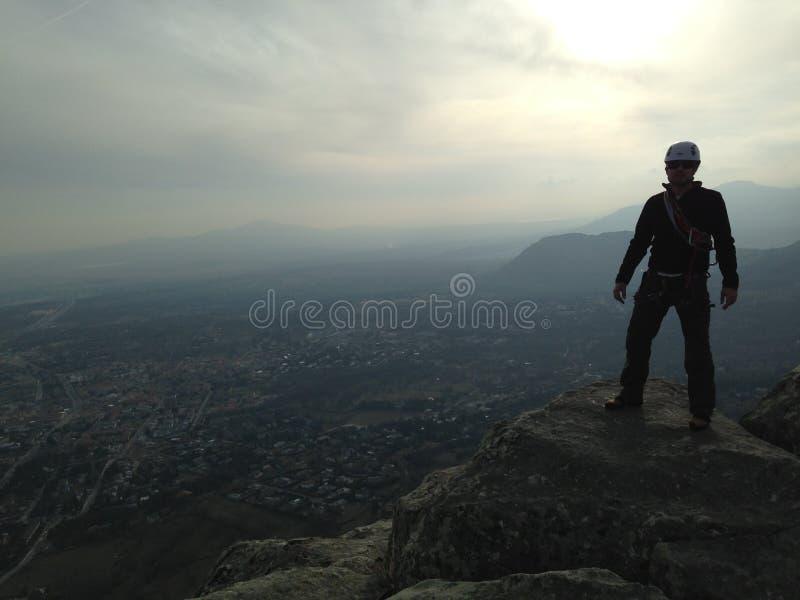 Raggiungimento della cima della montagna fotografia stock