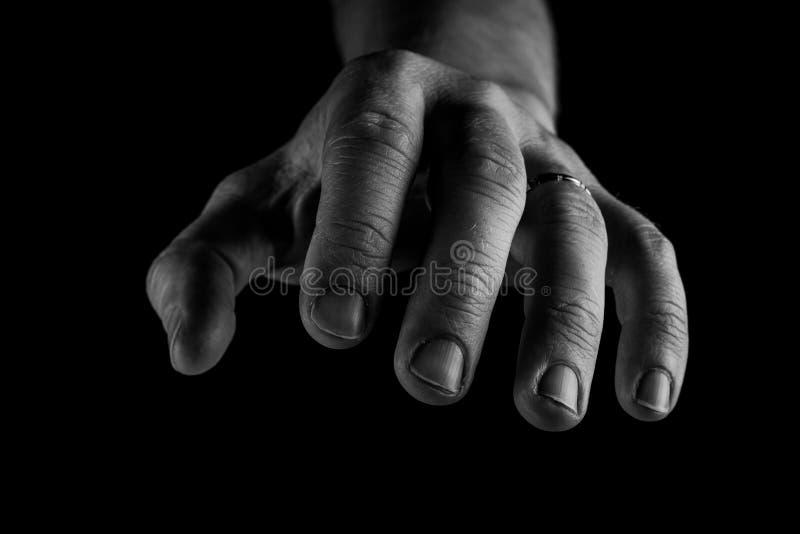 Raggiungimento della mano isolato su fondo nero Concettuale, prenda la mia mano, concetto della mano amica fotografie stock libere da diritti