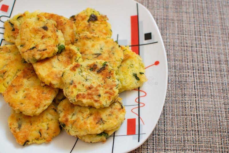 Raggmunkar med salladslökar Draniki - potatisstruvor Naitonalmaträtten av Vitryssland, Ukraina och Ryssland Potatiszucchini royaltyfria bilder