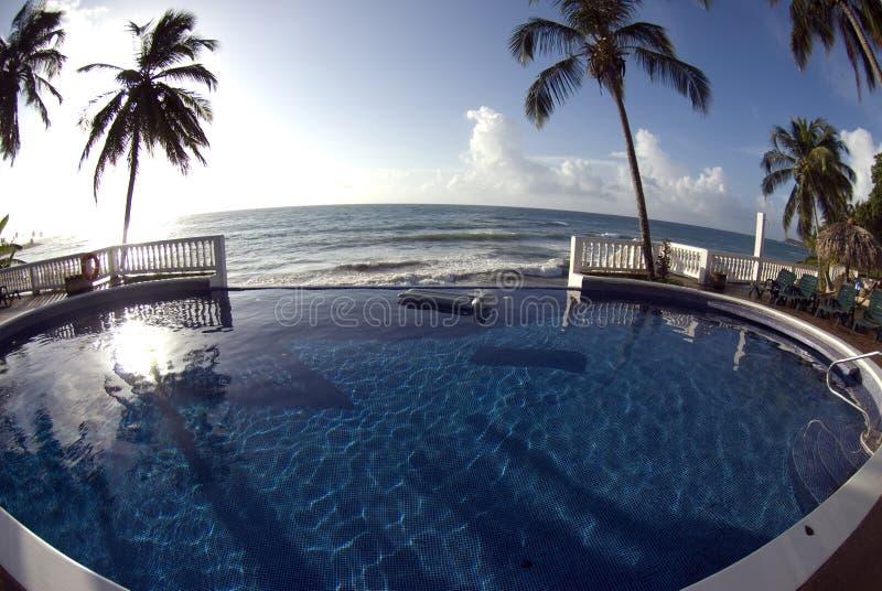 Raggruppamento di infinità con il mare caraibico del galleggiante fotografie stock