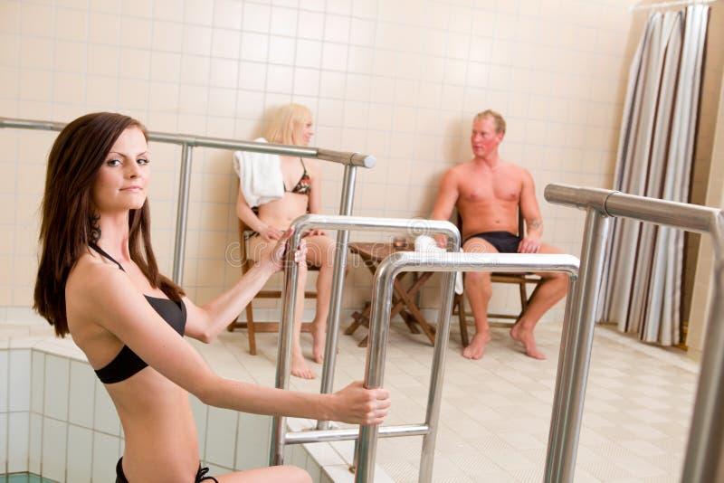 Raggruppamento entrante della donna in stazione termale fotografie stock