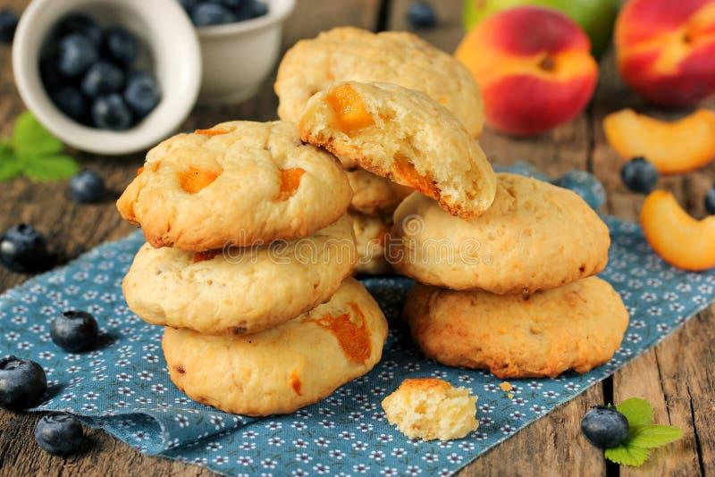 Raggruppi il biscotto molle con le albicocche, la frutta fresca e le bacche immagini stock libere da diritti